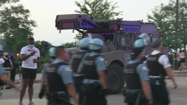 chicago, il, u.s. - special forces vehicles arriving on friday, july, 2020. - グラントパーク点の映像素材/bロール