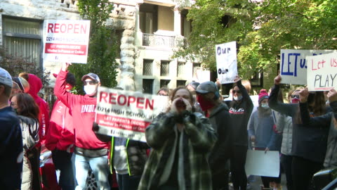 chicago, il, u.s. - student athletes with placards hold rally to resume fall sports outside gov. pritzker's home on sunday, october 4, 2020. student... - high street stock-videos und b-roll-filmmaterial