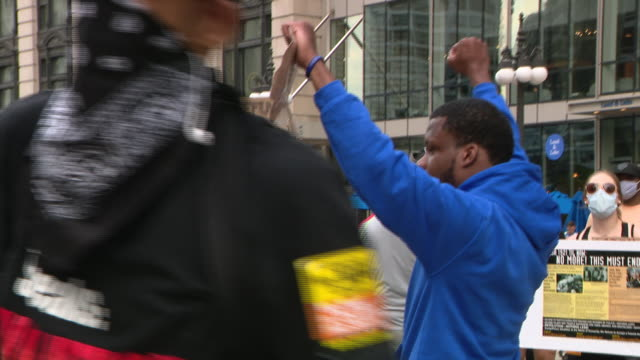 vidéos et rushes de chicago, il, u.s. - symbolic overthrowing donald trump's cardboard image. rally in chicago's millennium park followed by a march to trump tower to... - poing levé