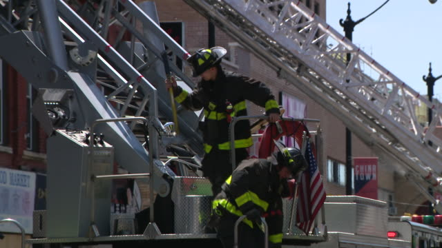 stockvideo's en b-roll-footage met wgn – chicago il us team of fire fighters working at scene of fire in chinatown on tuesday july 14 2020 - winkelbord