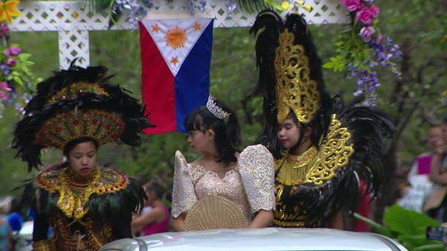 chicago, il, u.s. - thai people marching at 69th annual columbus day parade on state street in chicago. smiles and excitement lined state street for... - christopher columbus explorer stock videos & royalty-free footage
