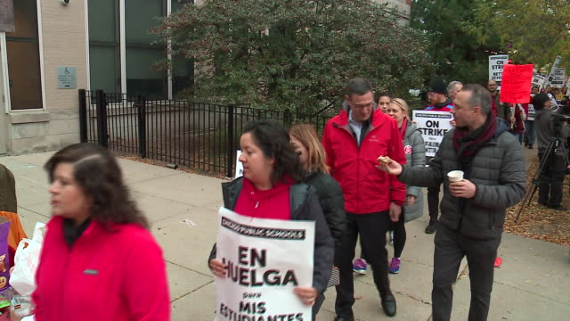 wgn chicago il us the chicago teacher's union protest on monday october 21 2019 union teachers and school staff members are demanding more funding... - trade union stock videos & royalty-free footage