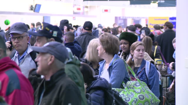 chicago, il, u.s. - travelers at chicago midway international airport on christmas eve, on tuesday, december 24, 2019. - crowded airport stock videos & royalty-free footage