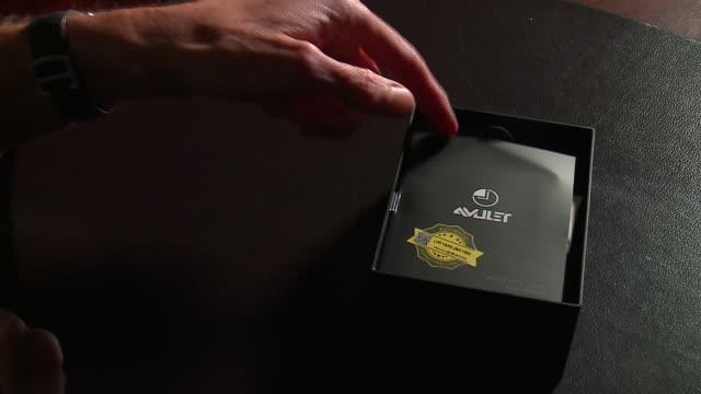 vídeos de stock e filmes b-roll de chicago, il, u.s. - unpacking uwell amulet pod for concealing vaping on thursday, september 5, 2019. - computador utilizável como acessório