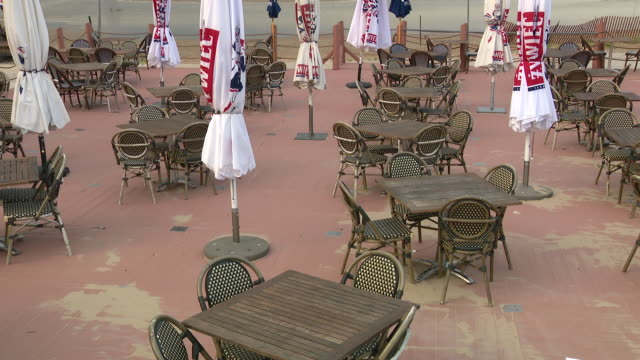 wgn chicago il us various shots of empty restaurant by lake michigan empty outdoor dining area at the dock restaurant at montrose beach on wednesday... - seeufer stock-videos und b-roll-filmmaterial