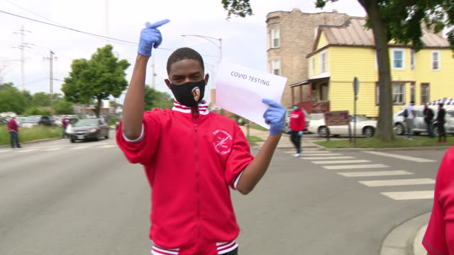 chicago, il, u.s. - volunteers inviting to event. fresh produce from the greater chicago food depository and more than 7,000 disposable masks will be... - real time footage stock videos & royalty-free footage