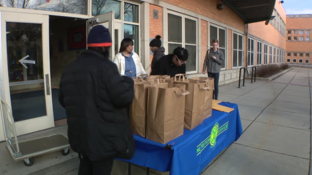 chicago, il, u.s. - volunteers preparing bags with food for residents at brunson math & science specialty school. there will be served free take out... - paper bag stock videos & royalty-free footage