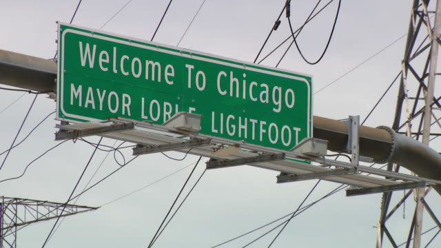 wgn chicago il us 'welcome to chicago mayor lori lightfoot' interstate sign at illinoisindiana border on monday may 11 2020 - welcome segnale inglese video stock e b–roll