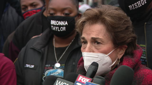 vidéos et rushes de chicago, il, u.s. - woman speaking at protest against unfair judicial system in evanston. family members of breonna taylor and jacob blake joined... - tante