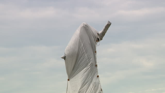 chicago, il, u.s. - wrapped christopher columbus statue in grant park on monday, july 20, 2020. protestors demanding the christopher columbus statue... - グラントパーク点の映像素材/bロール