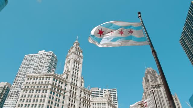 vidéos et rushes de chicago illinois city bears flag on top of michigan avenue bridge - michigan bridge