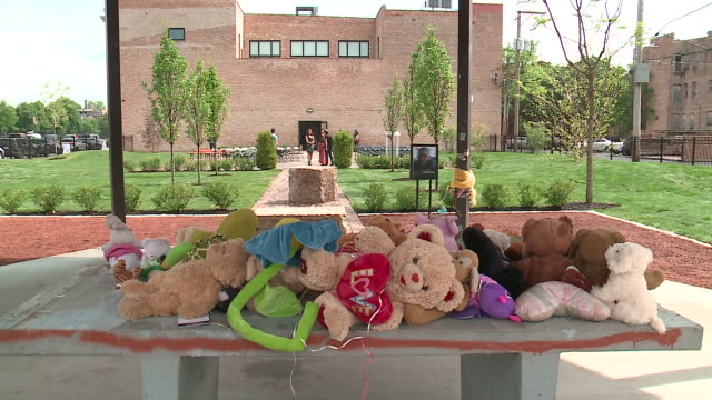 vídeos de stock, filmes e b-roll de wgn chicago illinois us tamir rice memorial gazebo at chicago museum on sunday june 23 2019 - gazebo