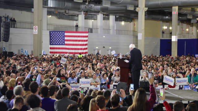 vídeos de stock, filmes e b-roll de us sen bernie sanders dvermont who has launched his second presidential campaign speaks to his supporters during a rally at navy pier in chicago - bernie sanders