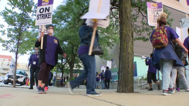 chicago, illinois,u.s. - protestors in face masks shouting slogans. negotiations resumed tuesday on day four of the university of illinois hospital... - västerländsk text bildbanksvideor och videomaterial från bakom kulisserna