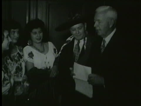 vidéos et rushes de chicago mayor martin kennelly speaking with mexicans in 1953 - 1953