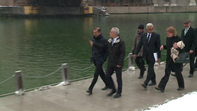 wgn chicago mayor rahm emanuel with milan mayor giuseppe sala and other mayors from around the world board a water taxi on the chicago river as part... - 水上タクシー点の映像素材/bロール
