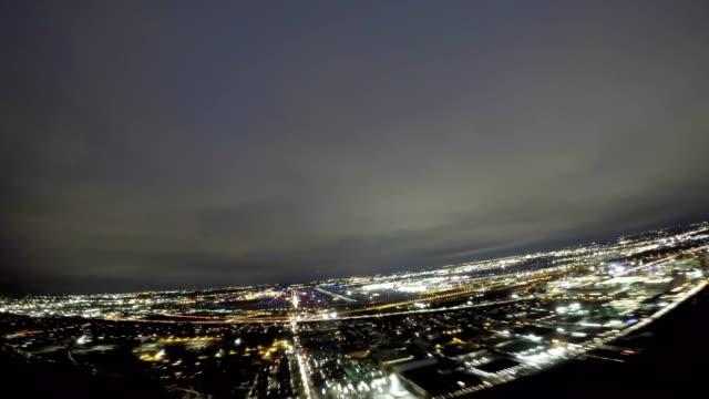stockvideo's en b-roll-footage met chicago o'hare int. airport, de aanpak en de landing (pov shot nighttime) - cockpit