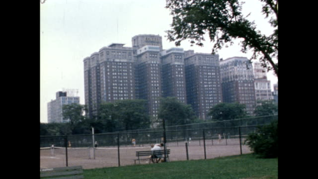 vidéos et rushes de / chicago police department headquarters building / cars parked in parking area in foreground / exterior of conrad hilton hotel where the democratic... - 1968