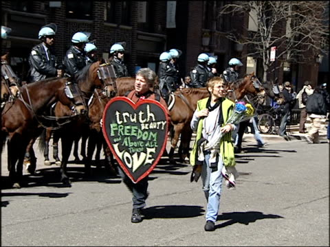 chicago police in riot gear ride on horses at a 2004 antiwar rally on march 20 2004 in chicago illinois - 2001年~ アフガニスタン紛争点の映像素材/bロール