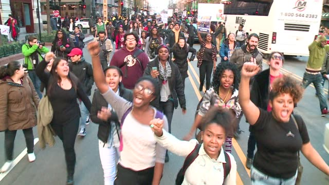 stockvideo's en b-roll-footage met wgn chicago protesters march in the streets of downtown demanding mayor rahm emanuel and other city leaders resign in chicago on december 9 2015 - black lives matter