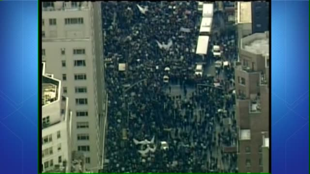 chicago protestors demonstrate against war in iraq on february 15, 2003 in chicago, illinois - besatzungstruppe stock-videos und b-roll-filmmaterial