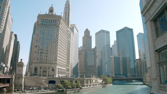 vidéos et rushes de chicago river - dusable bridge - michigan avenue bridge - michigan bridge