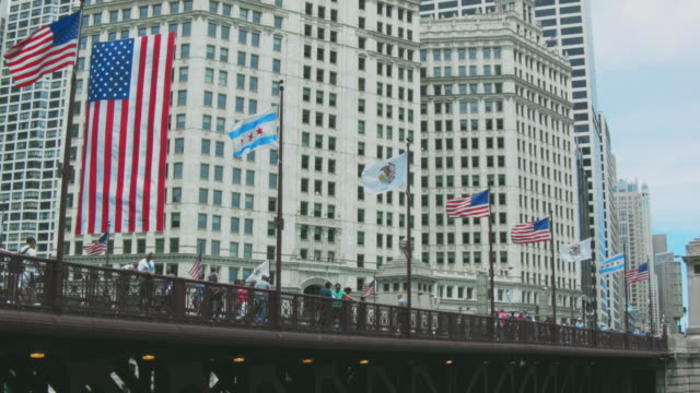 Chicago River - Kayaks and Riverboats