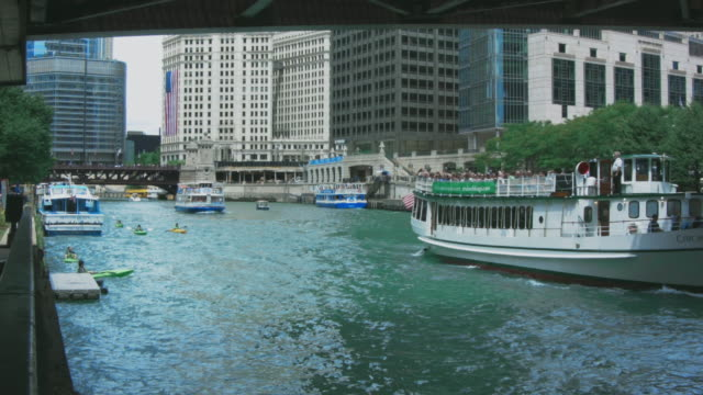 chicago riverboats and canoes - ausflugsboot stock-videos und b-roll-filmmaterial