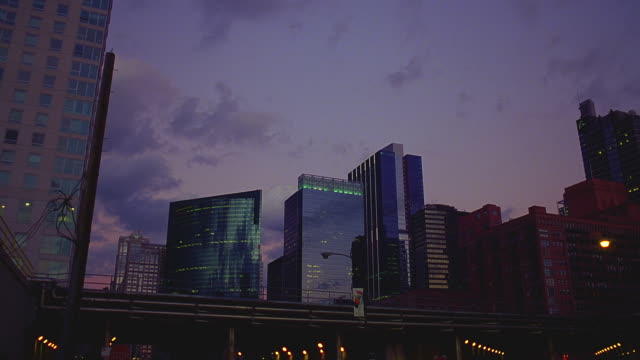 vídeos de stock, filmes e b-roll de t/l chicago skyline and elevated train at dusk - chicago 'l'
