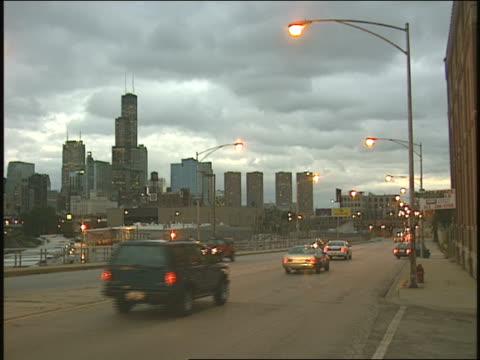 vidéos et rushes de chicago skyline and traffic - 1996