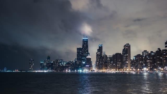 霧の夜 t/l 紫シカゴのスカイライン/イリノイ州、米国 - トリビューンタワー点の映像素材/bロール