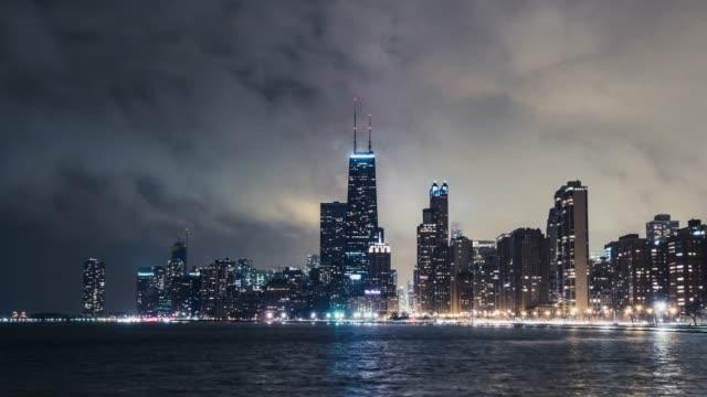 vídeos de stock e filmes b-roll de t/l ws zo chicago skyline at night - chicago 'l'