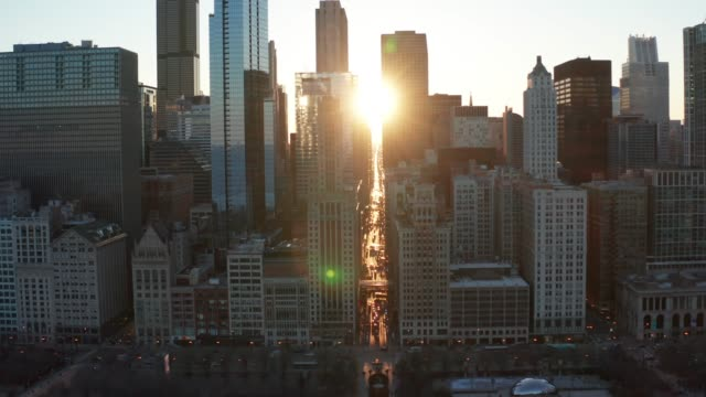 vidéos et rushes de chicago skyline at sunset - aerial - chicago