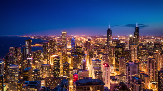 t/l ws ha zo chicago skyline day to night transition / chicago, usa - esposizione lunga video stock e b–roll