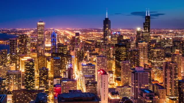 t/l ws ha td chicago skyline day to night transition / chicago, usa - schwenk stock-videos und b-roll-filmmaterial