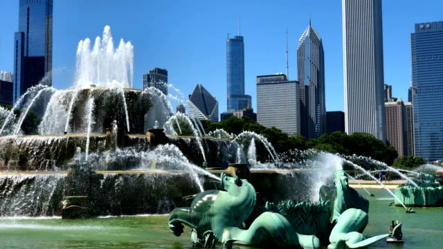 chicago skyline from buckingham fountain - buckingham fountain stock videos & royalty-free footage