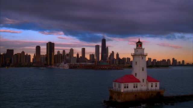 low aerial chicago skyline from lake michigan, chicago, illinois, usa - lago michigan video stock e b–roll