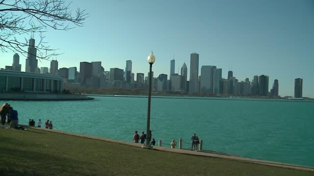 vídeos de stock e filmes b-roll de wgn chicago skyline on a sunny day with shedd aquarium and lake michigan in foreground on april 16 2016 - aquário john g shedd