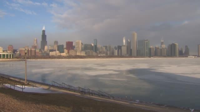 chicago skyline with frozen lake michigan on december 24 2013 in chicago illinois - gefrorenes wasser stock-videos und b-roll-filmmaterial