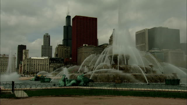 vídeos de stock e filmes b-roll de chicago skyscrapers rise behind the clarence buckingham fountain. - aquário john g shedd