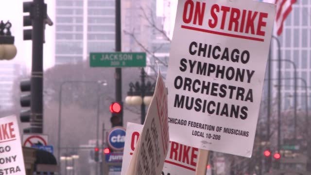 wgn chicago symphony orchestra strikes in front of symphony center on march 21 2019 the musicians had been carrying picket signs instead of... - streikposten stock-videos und b-roll-filmmaterial