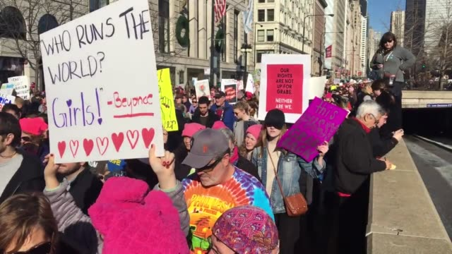 chicago takes to the street to support women's rights to protest president trump's inauguration - sprechgesang stock-videos und b-roll-filmmaterial