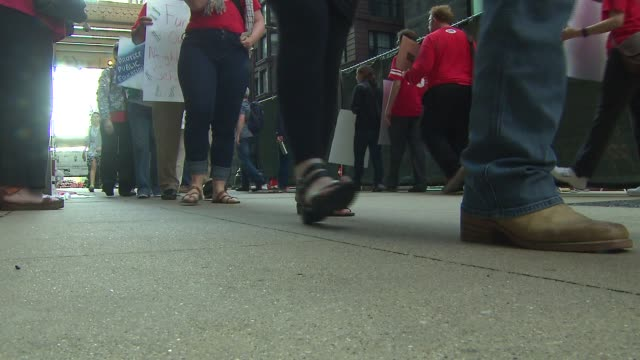 wgn chicago teachers union picketing outside of chicago public schools central office because of budget cuts on may 27 2015 - picchetto video stock e b–roll