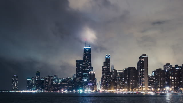 stockvideo's en b-roll-footage met t/l ms td chicago stedelijke skyline in de regen 's nachts - chicago illinois
