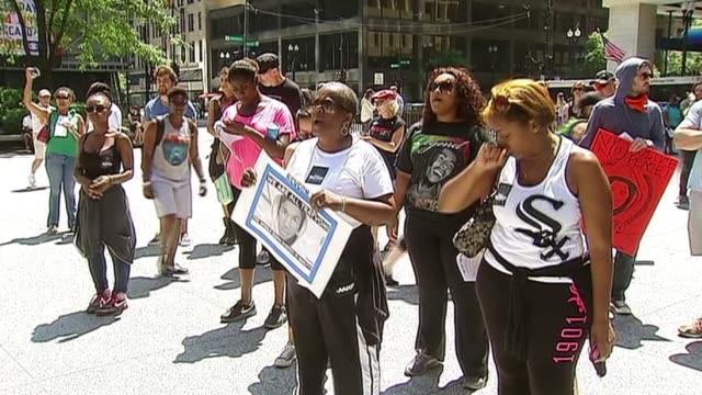 vídeos de stock, filmes e b-roll de chicagoans at rally in honor of trayvon martin on july 15 2013 in chicago illinois - veredicto