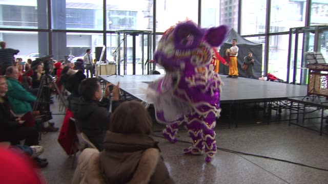 vídeos de stock, filmes e b-roll de chicagoans celebrate the chinese new year at daley plaza on in chicago illinois - símbolo conceitual