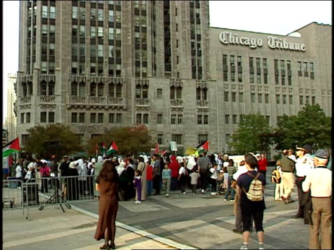 chicagoans gather to protest violence in occupied palestinian territory. protestors demand end to palestinian violence on october 20, 2000 in... - トリビューンタワー点の映像素材/bロール
