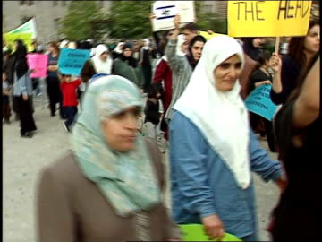 chicagoans gather to protest violence in occupied palestinian territory. protestors demand end to palestinian violence on october 20, 2000 in... - torre del tribune video stock e b–roll