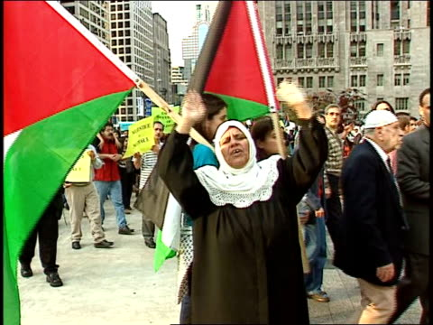 chicagoans gather to protest violence in occupied palestinian territory. protestors march to end palestinian violence on october 20, 2000 in chicago,... - トリビューンタワー点の映像素材/bロール