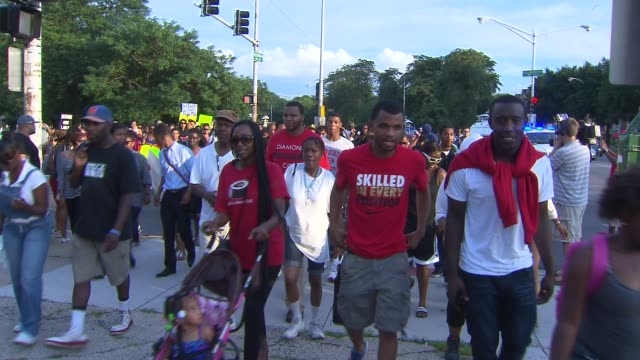 vídeos de stock, filmes e b-roll de chicagoans hold a black hoodie march and rally to protest the george zimmerman not guilty verdict march in protest of george zimmerman verdict on... - veredicto